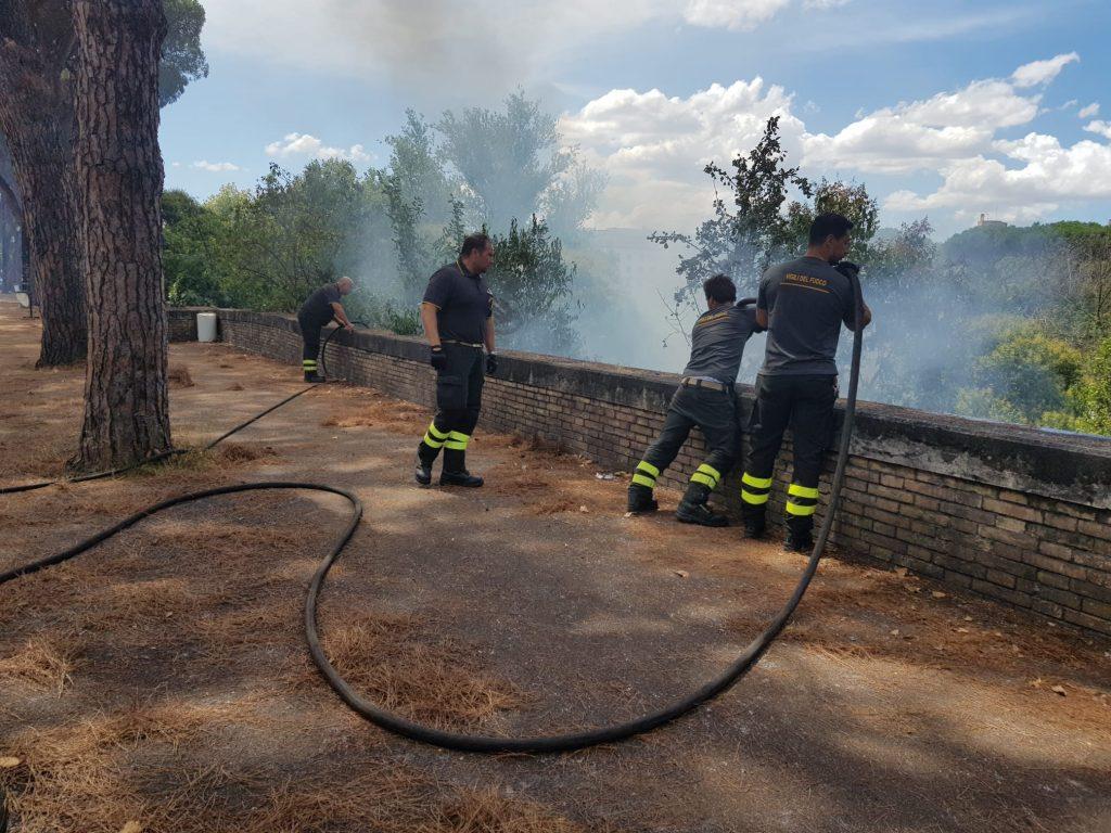 Le operazioni di spegnimento dei Vigili del fuoco