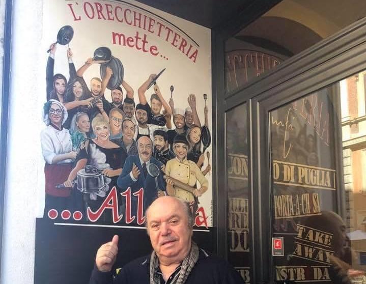 Lino Banfi davanti al suo locale