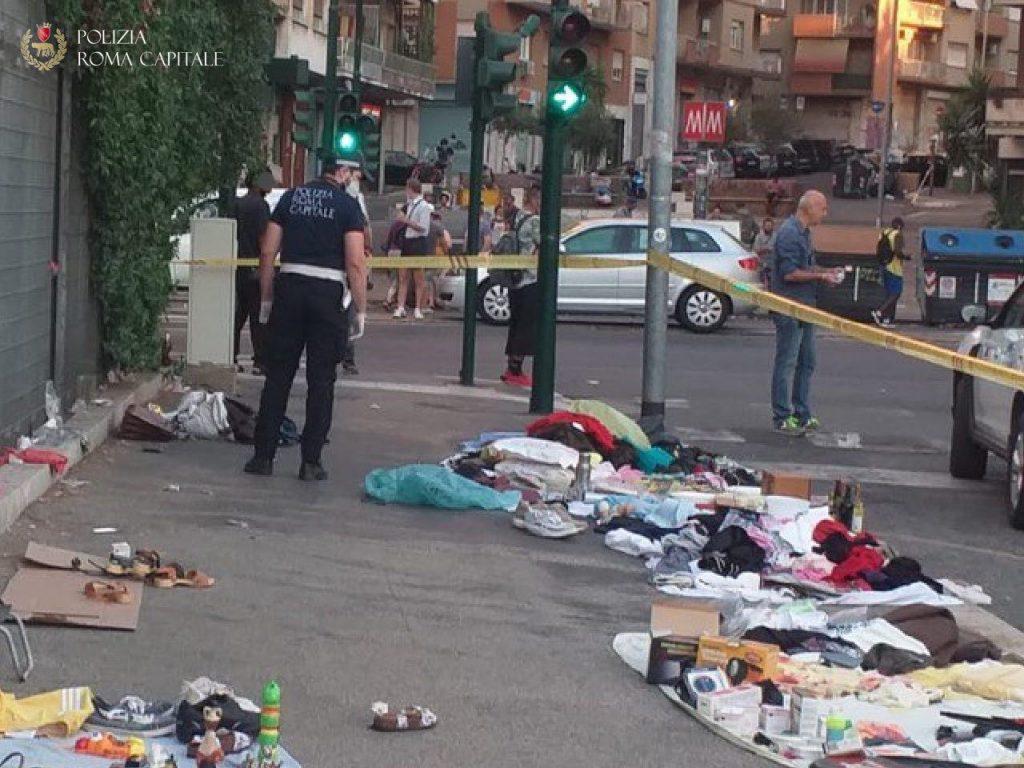 Il mercatino abusivo in via Frà Albenzio