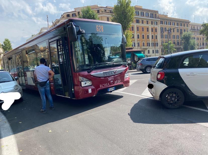 """Autobus bloccato in piazza Bainsizza. Foto dal gruppo Facebook """"Amici di Via Plava - Comitato Quartiere Della Vittoria laboratorio per Roma"""""""
