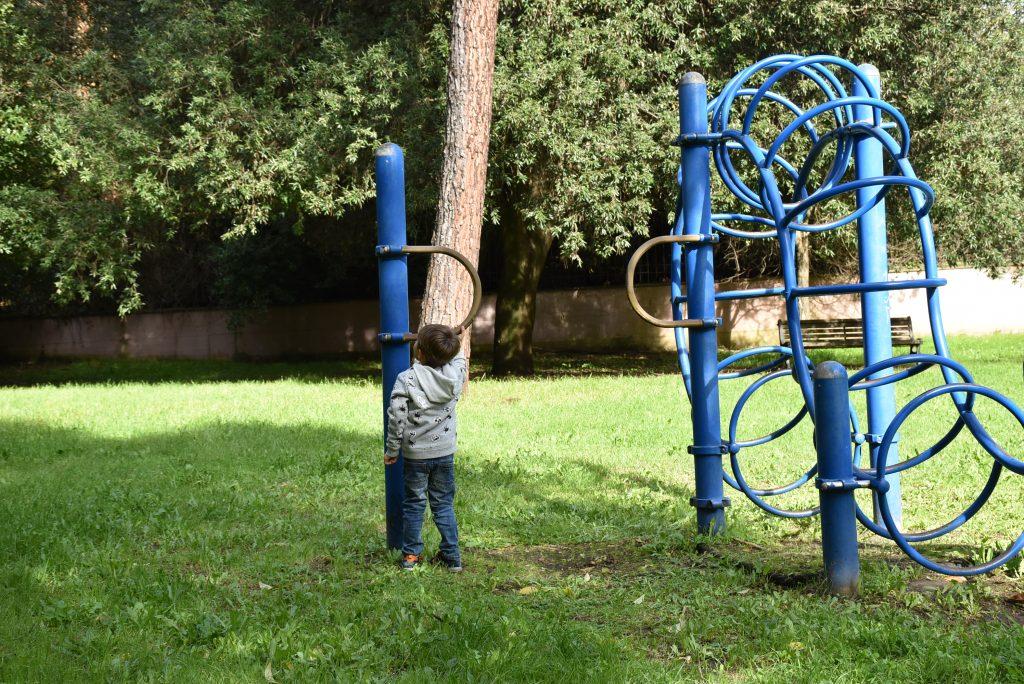 Un bambino gioca nell'area verde di Villa Mazzanti