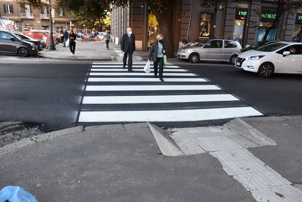 Tornano le strisce pedonali in viale Mazzini