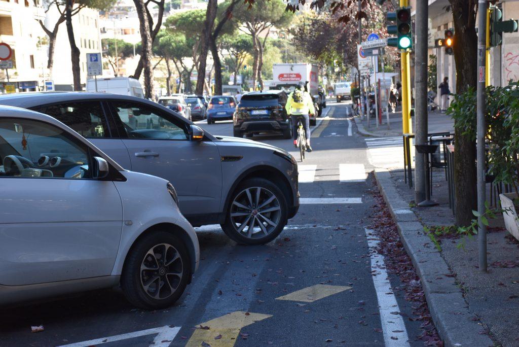 Il muso di un'auto sconfina dentro alla bike lane