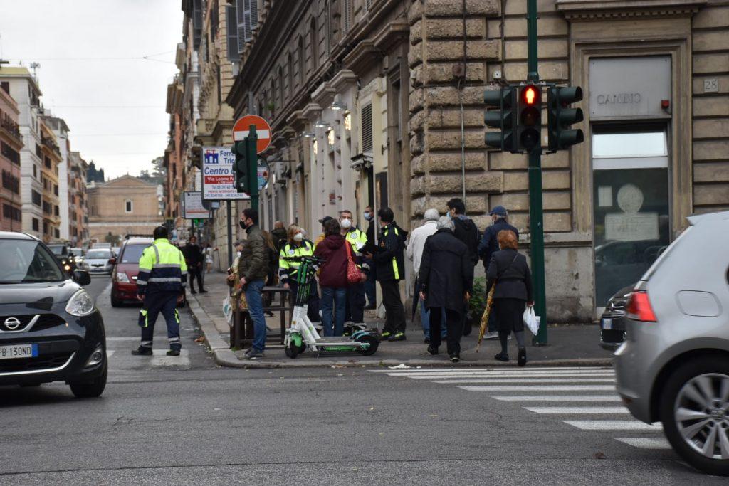 La Protezione civile presidia l'incrocio tra viale Giulio Cesare e via Candia