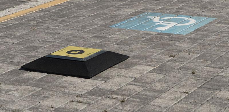 Un dispositivo che tutela un parcheggio per disabili