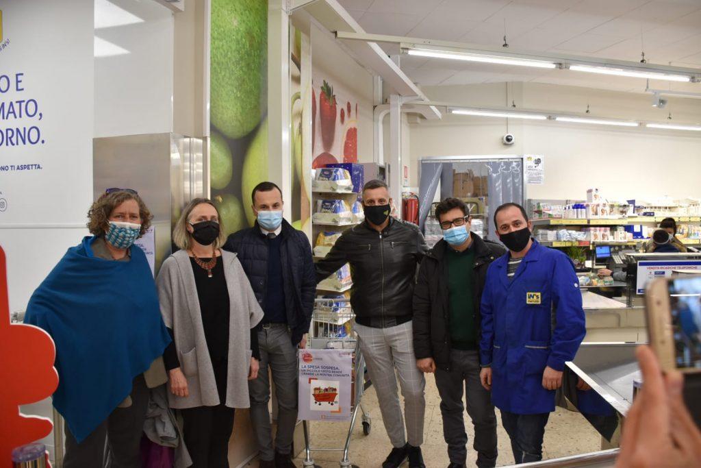 Da sinistra: Anna Vincenzoni, Sabrina Alfonsi e (quinto) Emiliano Monteverde insieme ad alcuni dipendenti del supermercato