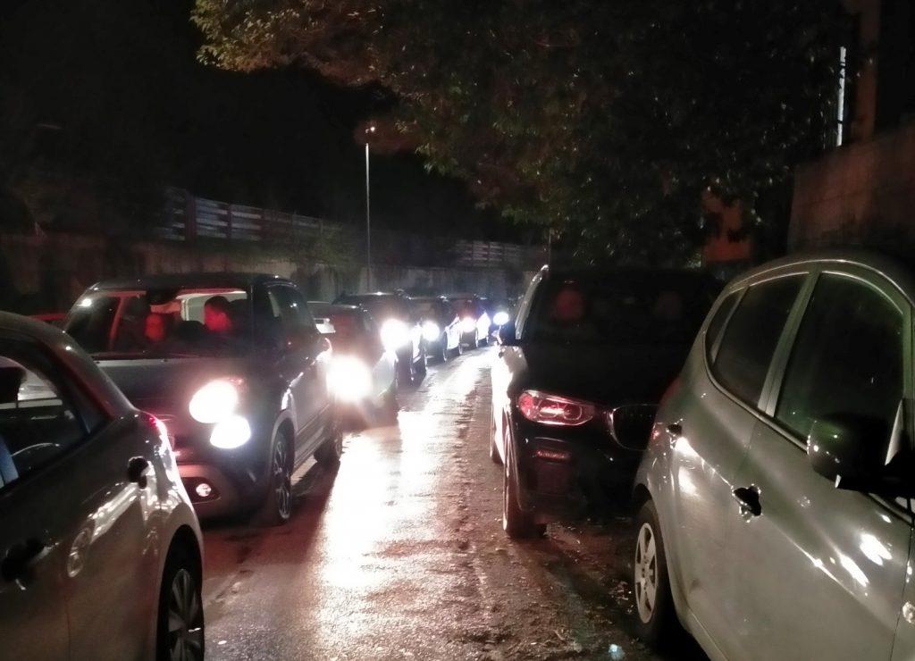 Colonna di auto in via Labriola. Foto tratta dal blog di Trionfalmente17