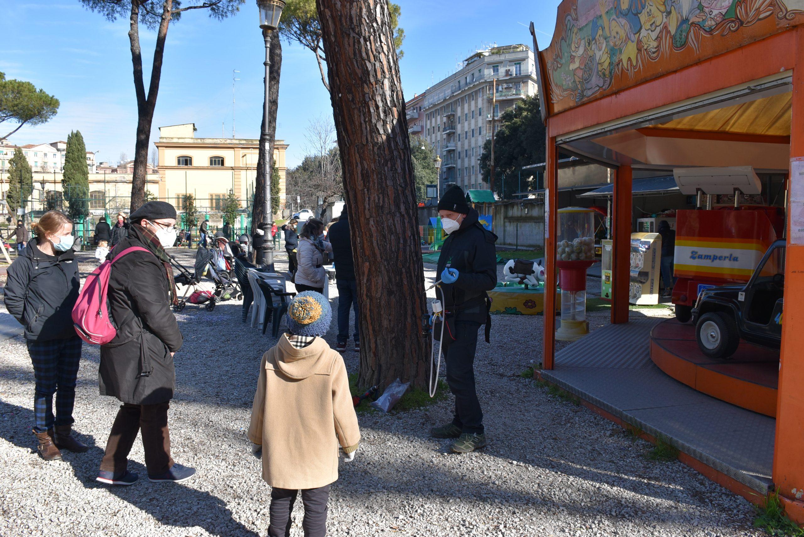 La somministrazione della cura contro i parassiti dei pini al parco Plava
