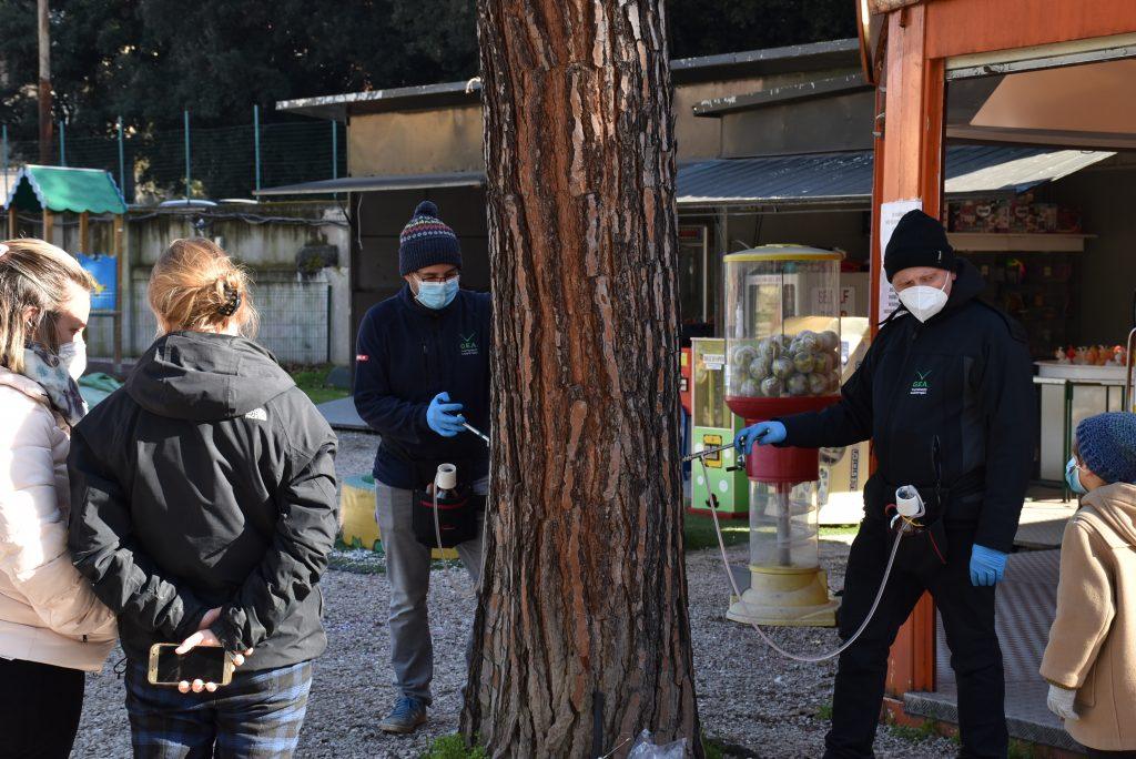 Francesca Zanella e Stefano Capellini spiegano a un bambino la cura contro i parassiti dei pini