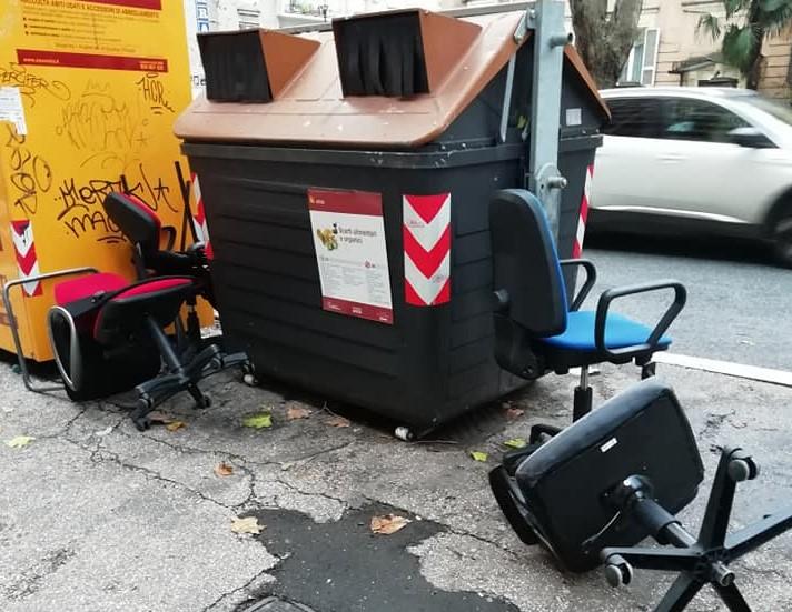 Sedie abbandonate in viale Angelico. Foto dal gruppo Facebook Osservatorio Della Vittoria