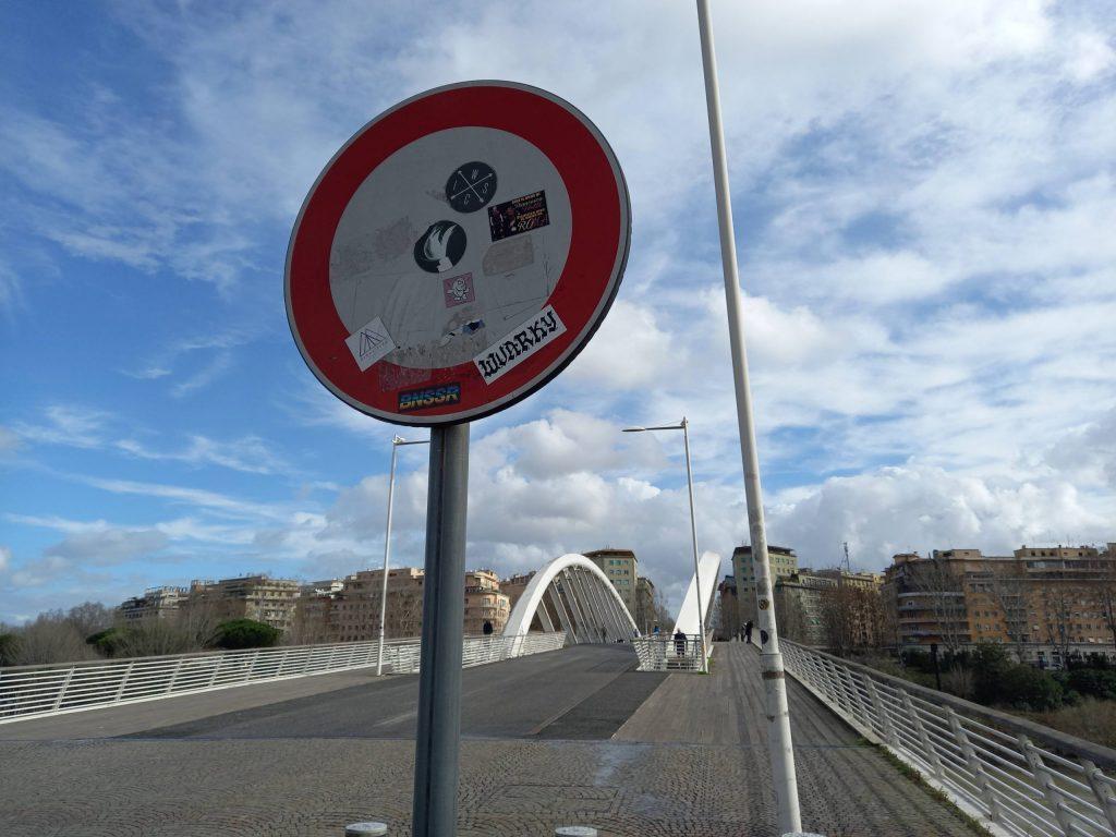 Divieto di transito sul Ponte della Musica