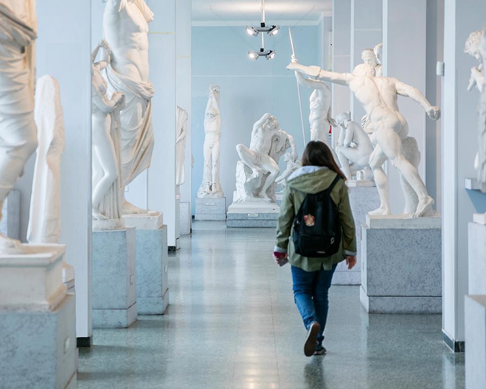 Una studentessa della Sapienza (foto dalla pagina Facebook dell'università)