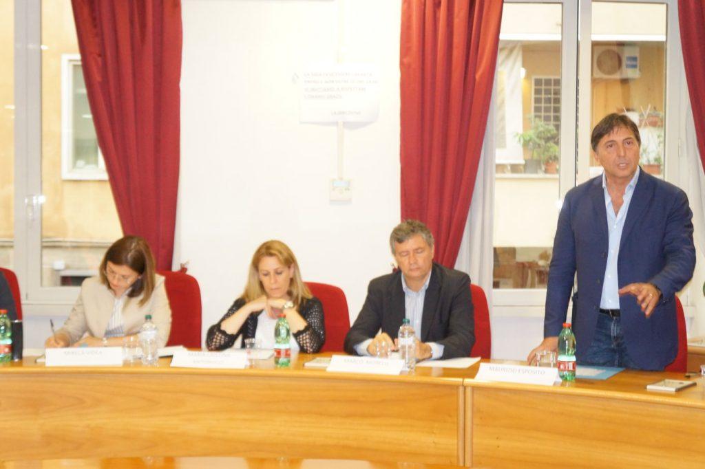 A destra, il consigliere Maurizio Esposito (Gruppo misto)