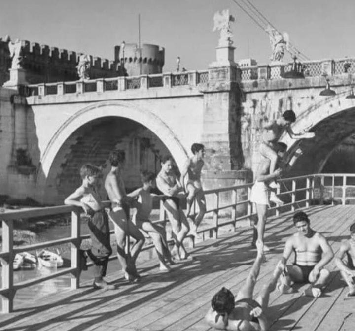 """Sul barcone del Ciriola, anni '50. Foto dal gruppo Facebook """"Memorie di Roma"""""""