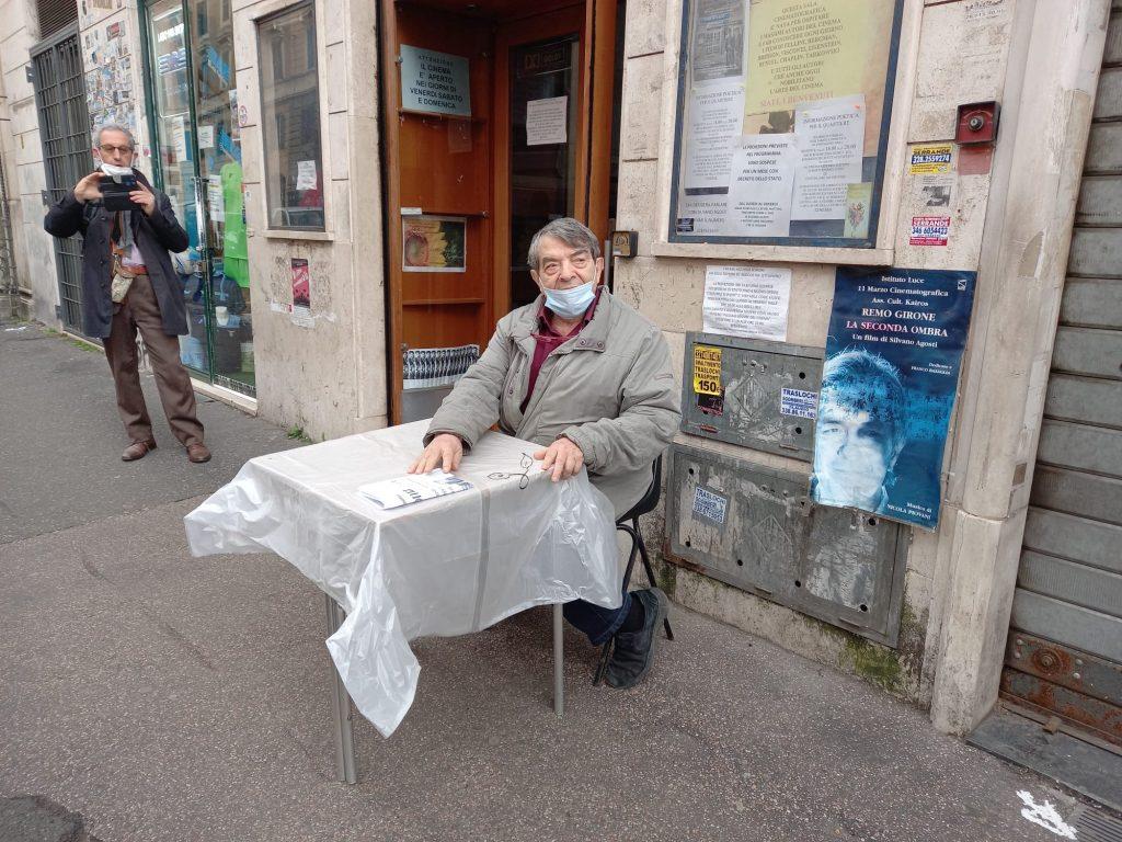 """Silvano Agosti davanti al """"suo"""" cinema Azzurro Scipioni"""