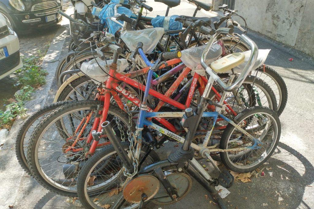 Cyclette abbandonata in una rastrelliera di via Carlo Mirabello