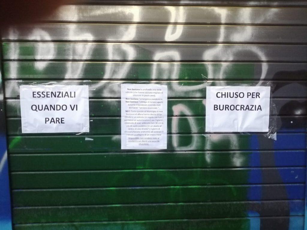 L'edicola chiusa in via Luigi Capuana