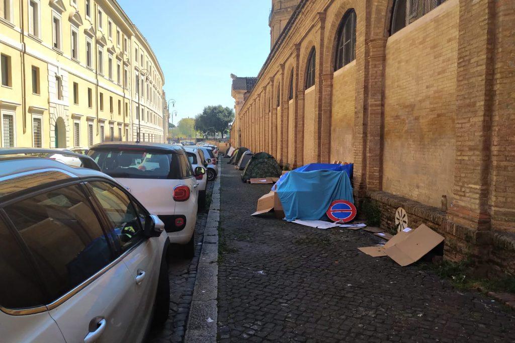 La tendopoli si allunga su via Borgo Santo Spirito, nelle vicinanze delle sede della Asl Roma 1
