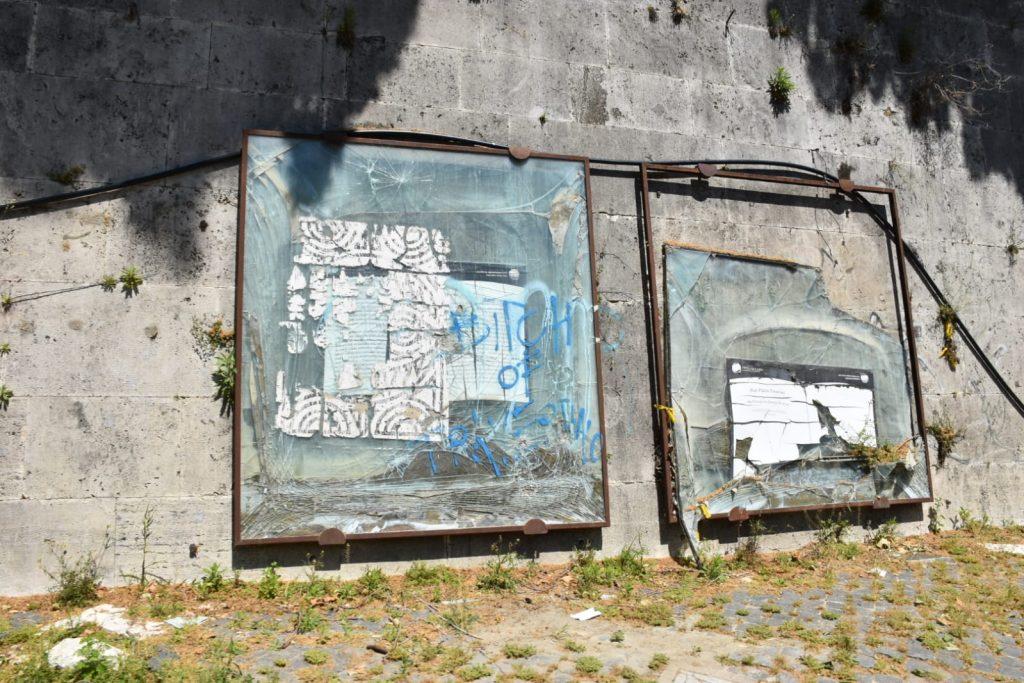 I pannelli vandalizzati lungo il Tevere