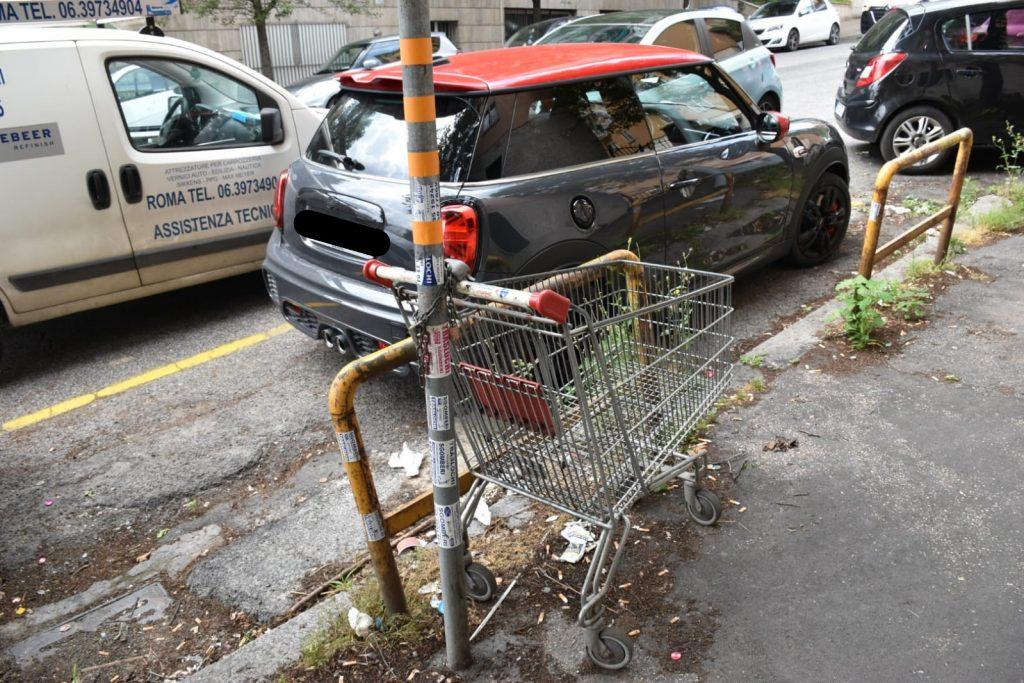 Un carrello della spesa in via Marsilio Ficino