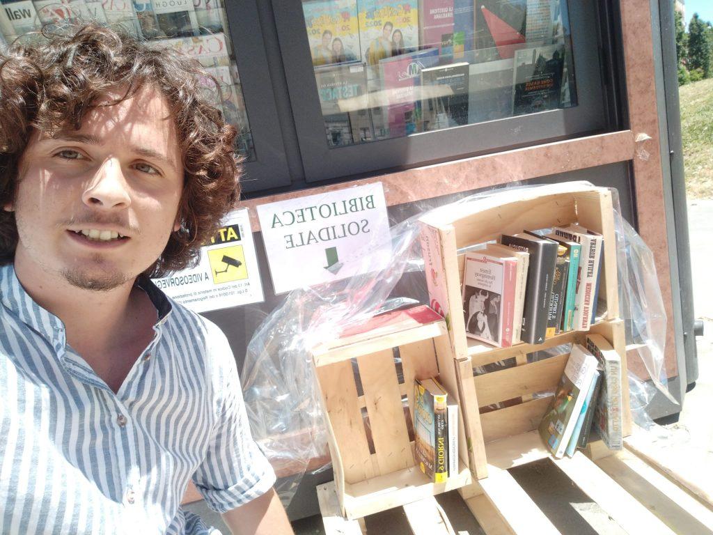 Valerio Vico con la libreria solidale di piazza Bainsizza