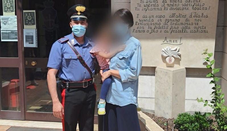 La bambina con un carabiniere