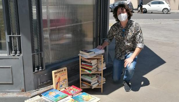 Valerio Vinco con i libri in piazza Bainsizza