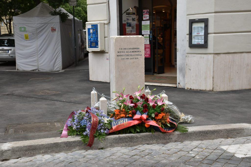 Il cippo marmoreo dedicato a Mario Cerciello Rega