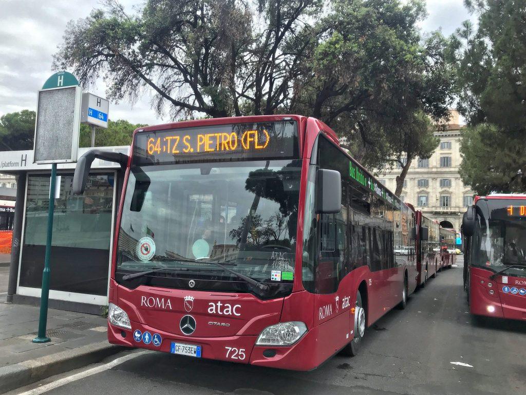 Un autobus della linea 64