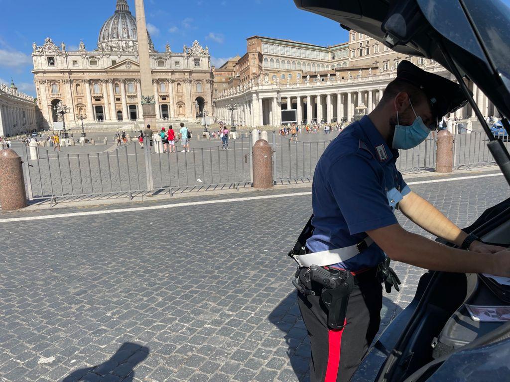 Controlli dei carabinieri in piazza San Pietro