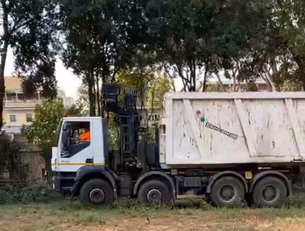 L'intervento del Servizio giardini in via Gomenizza