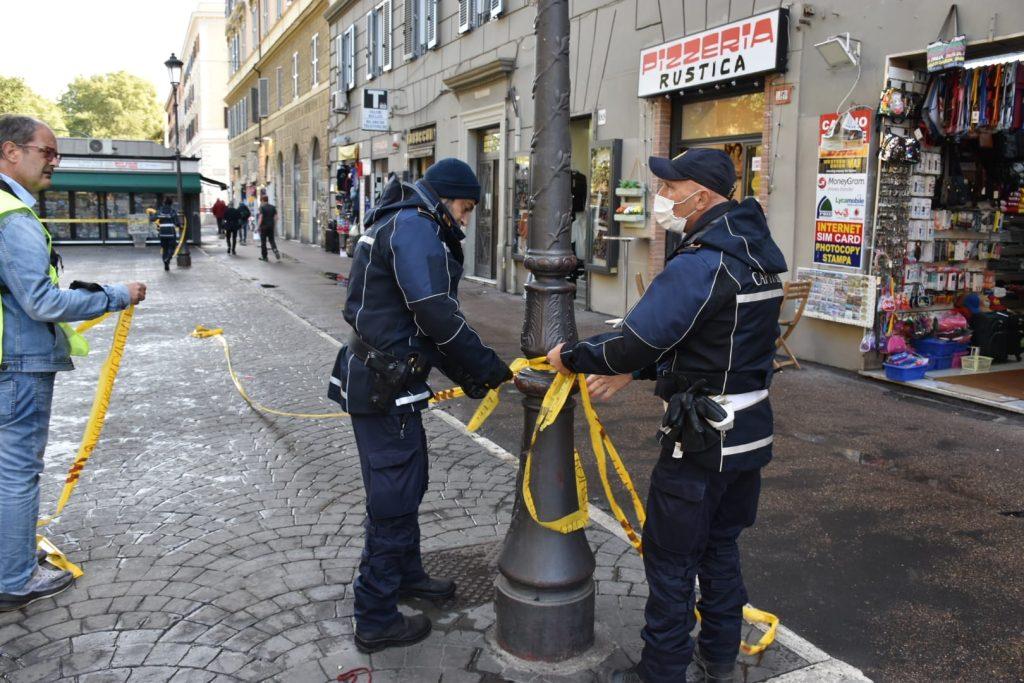 La polizia locale toglie i nastri da viale Giulio Cesare