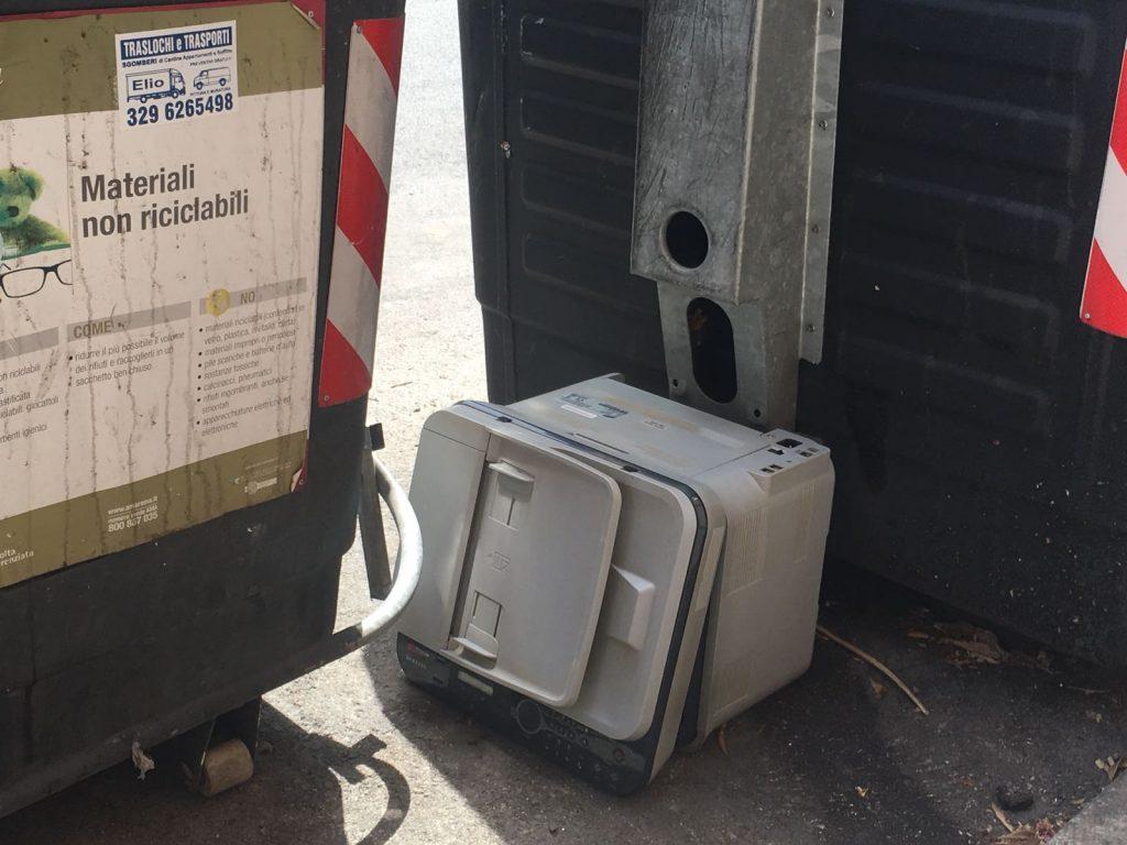 Sedie Ufficio Trieste : Ufficio in strada: in via acherusio si abbandonano le stampanti