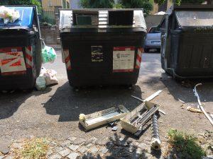 Sedie Ufficio Trieste : Condizionatori sedie da ufficio e tricicli: i rifiuti sparsi per le