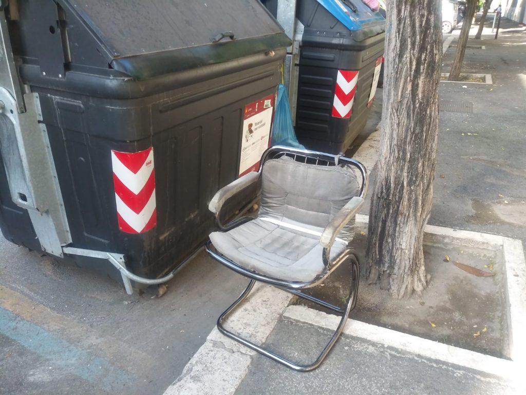 Via di tor fiorenza sgabelli e sedie si abbandonano in mezzo alla