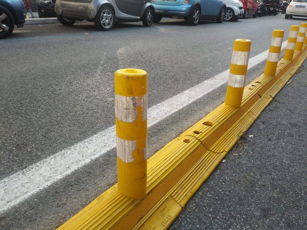 I cordoli in gomma di viale Eritrea: lo stesso modello verrà installato anche su corso Trieste e viale Regina Margherita