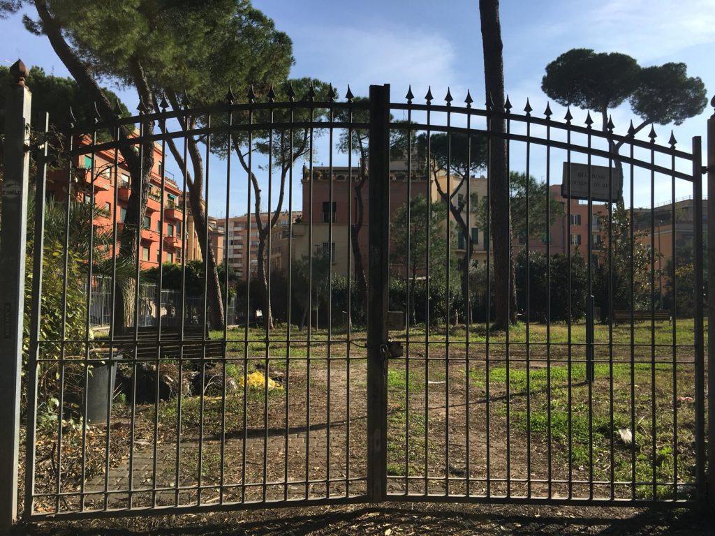 Il cancello chiuso dei giardini di Villa Massimo