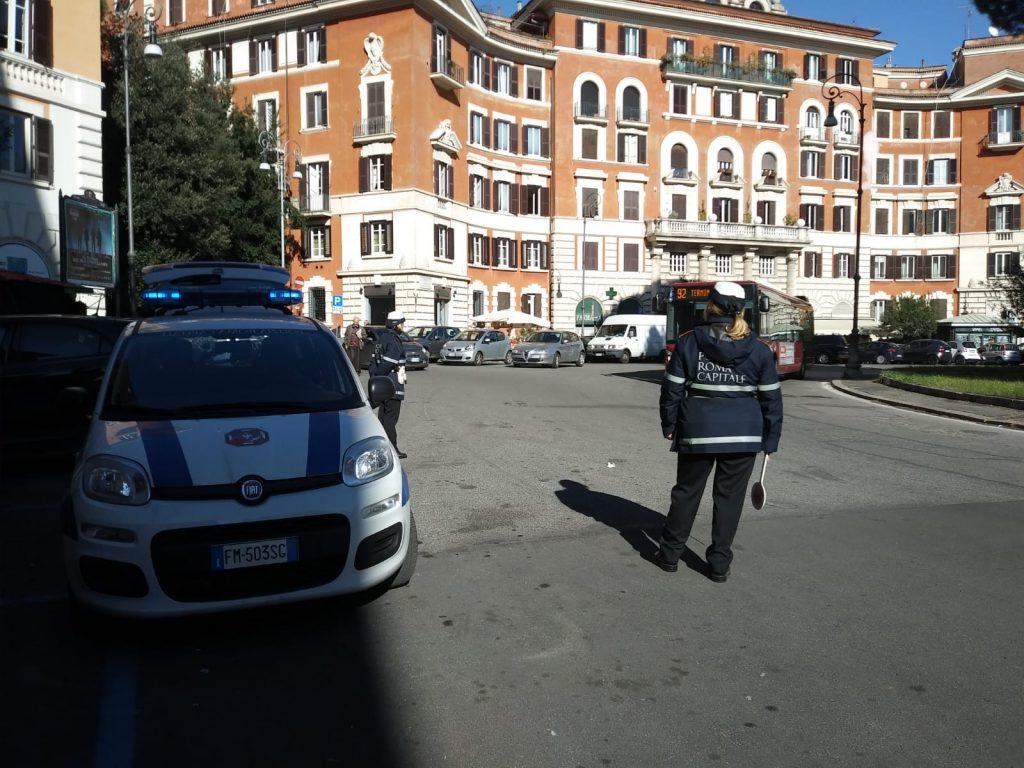 La pattuglia della polizia locale in piazza Verbano