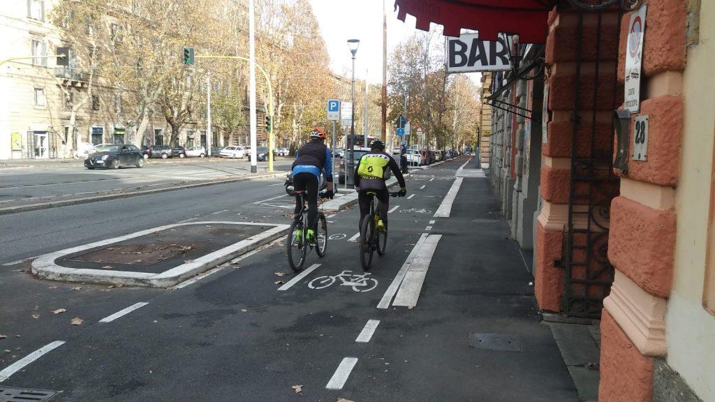 Ciclisti in bici a via Nomentana