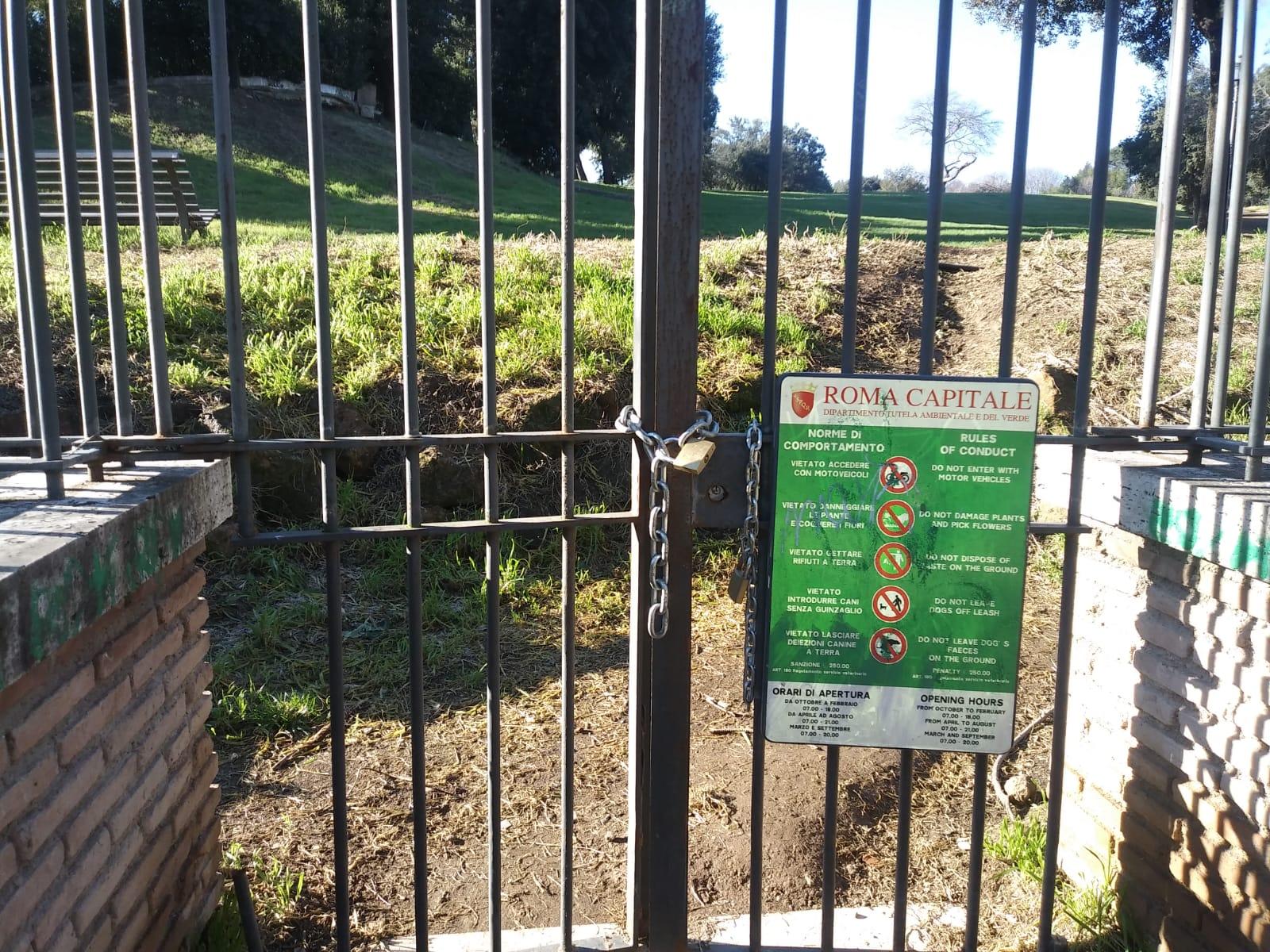 I cancelli chiusi di Villa Chigi