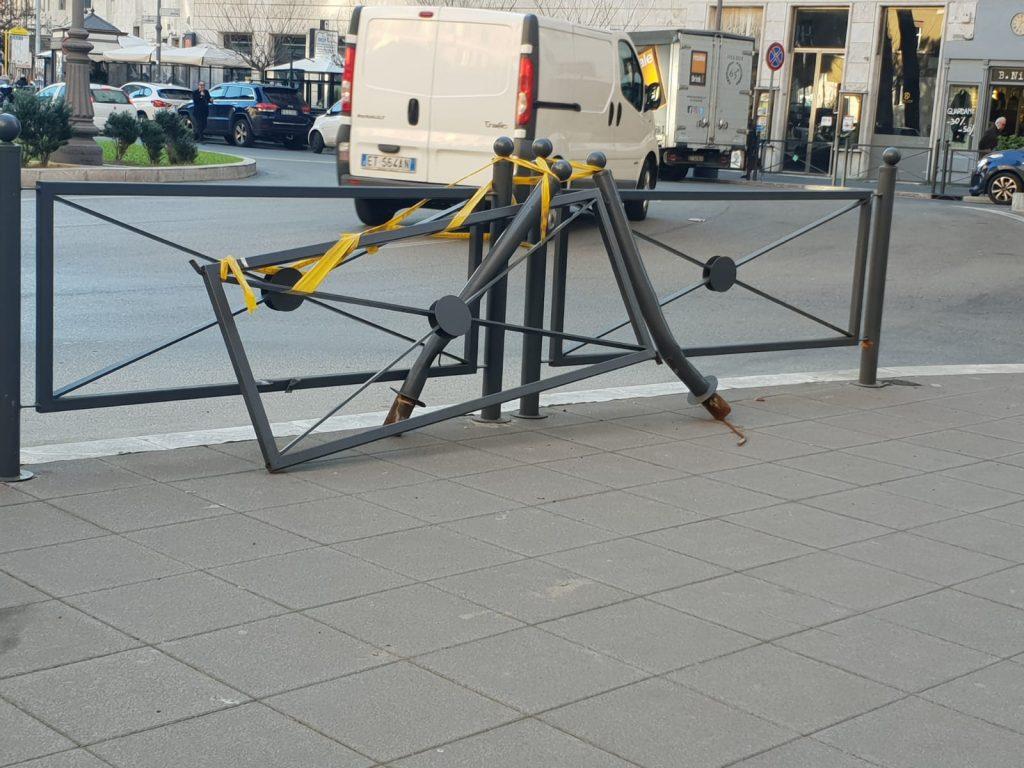 Le barriere ancora danneggiate in piazza Istria