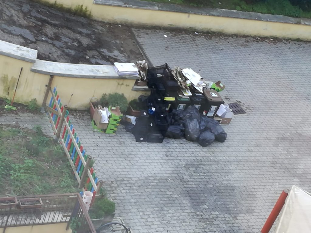 I rifiuti abbandonati nel giardino della scuola Montessori