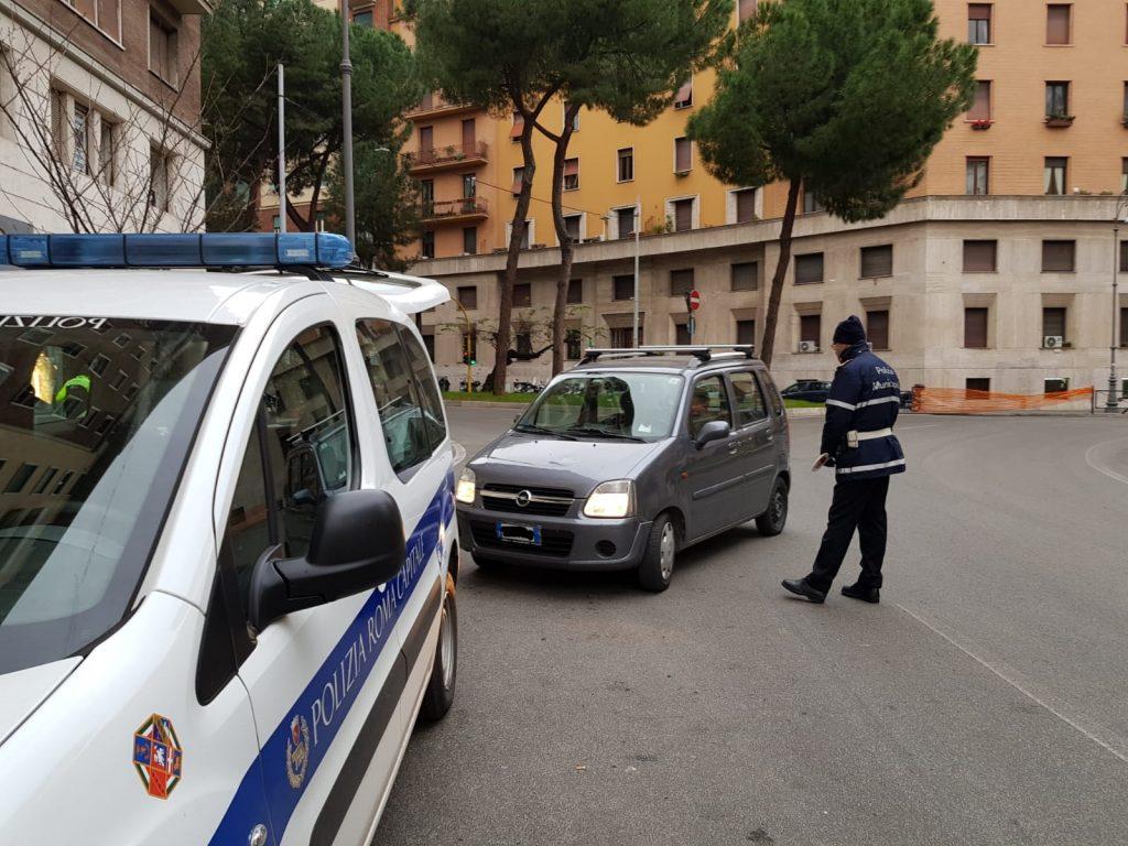La polizia locale ferma un automobilista in piazza Istria, in occasione della domenica ecologica