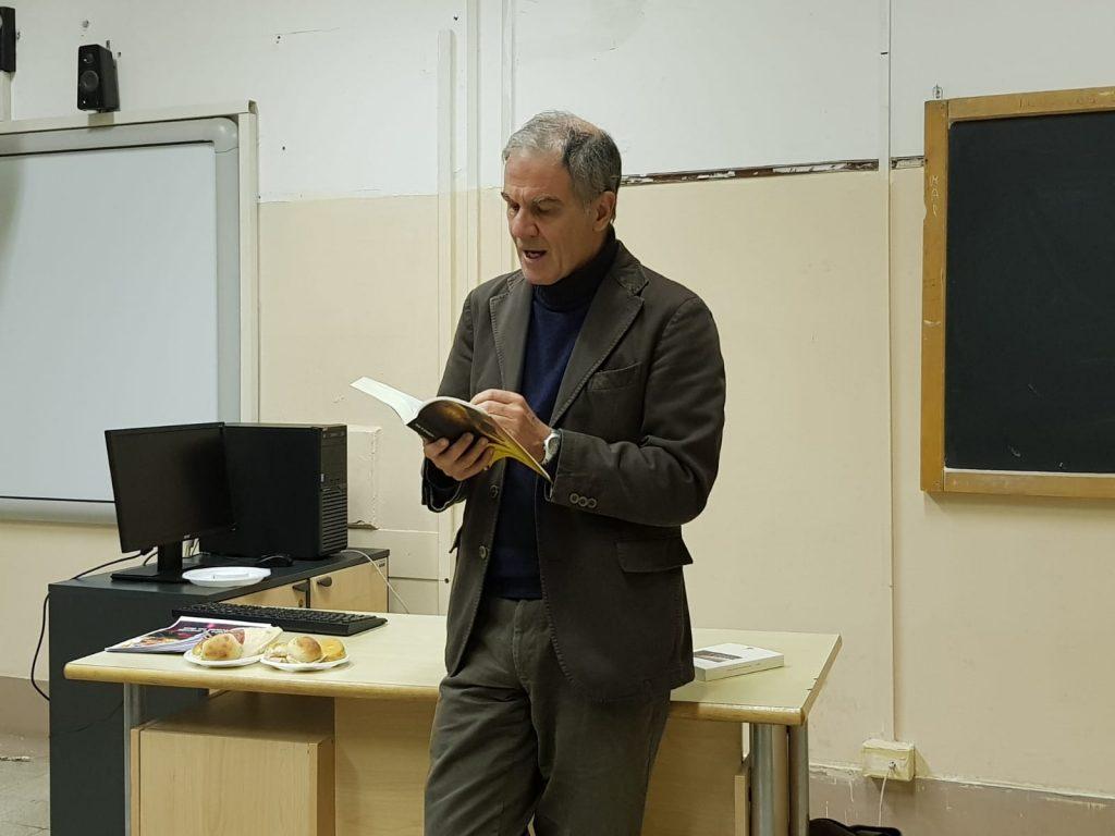 """""""I classici della vita"""": lo scrittore Edoardo Albinati incontra e legge insieme agli studenti del Giulio Cesare"""