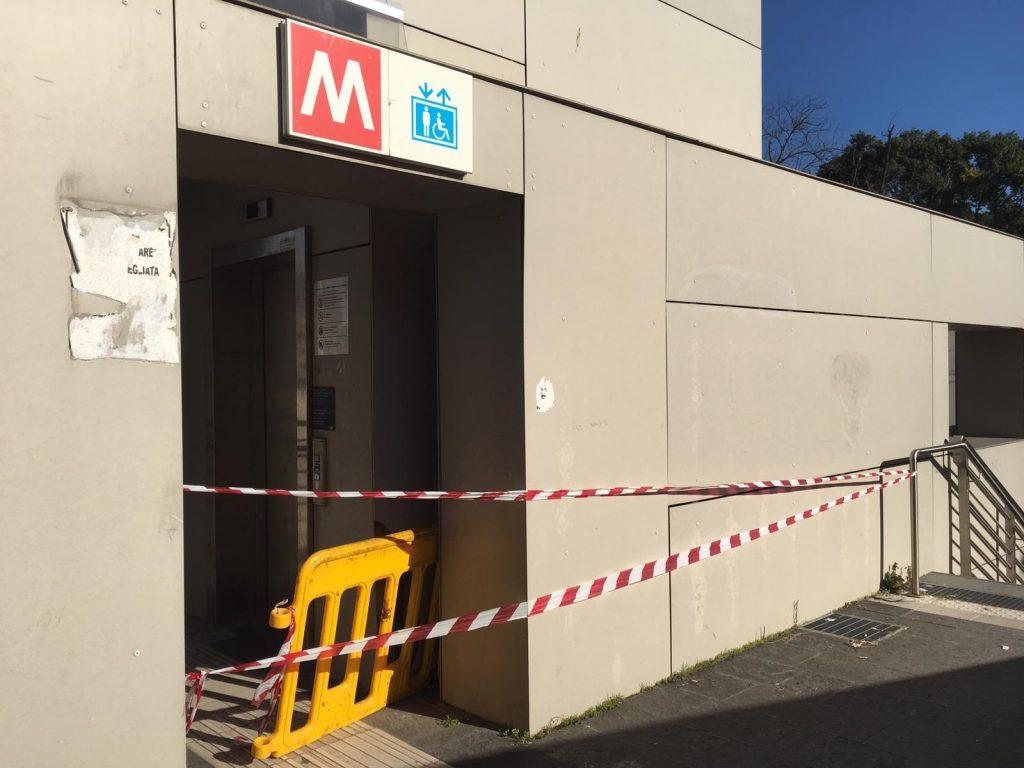 L'ascensore fuori uso della stazione metro Annibaliano