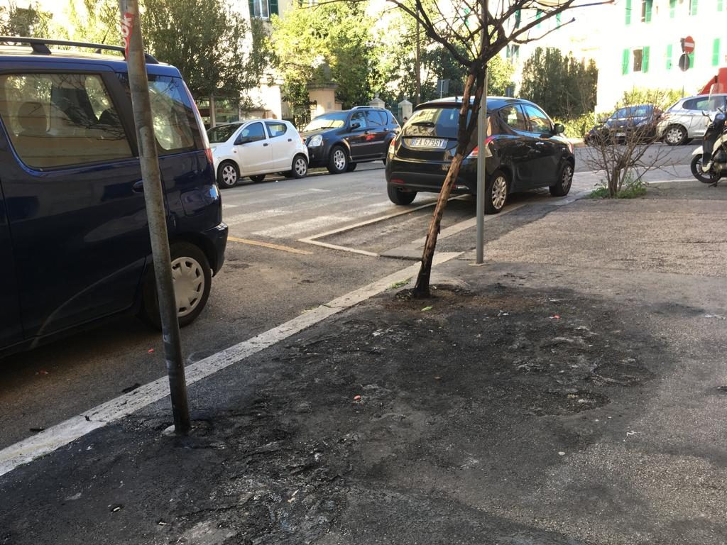 Il marciapiede di via Fucino liberato dai resti carbonizzati dei motorini