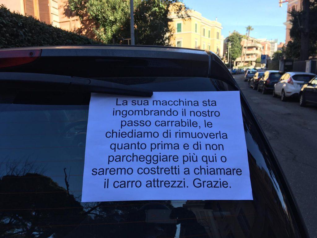 Il biglietto lasciato dai residenti di via Appennini su un'auto