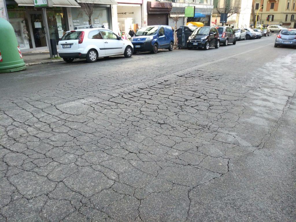Crepe e avvallamenti sul manto stradale di via Chiana