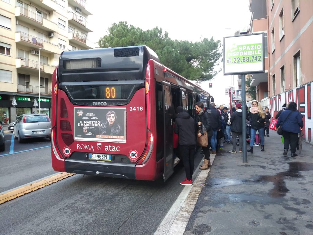 L'autobus si ferma all'altezza, quasi, di piazza Gondar