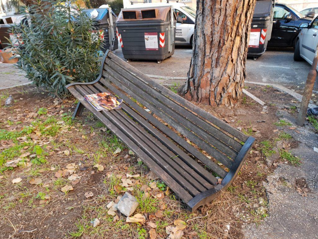 La panchina danneggiata e inutilizzabile in piazza Trento
